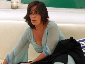 A viúva não entende nada depois dos drinks da noite anterior (Foto: Guerra dos Sexos/TV Globo)