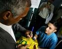 Tietado por pacientes, Romário visita Gacc-AM e pede atenção à instituição