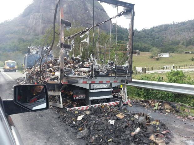 Produtos de rede de fast food ficaram completamente destruídos (Foto: Divulgação/Internauta)