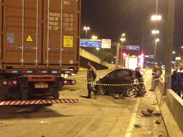 Bueiro sem tampa fez com que motorista de caminhão perdesse a direção. (Foto: Eduardo Sterblitch)