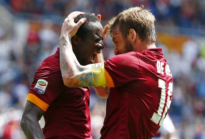 Doumbia e De Rossi comemoram gol Roma x Genoa (Foto: REUTERS/Tony Gentile)