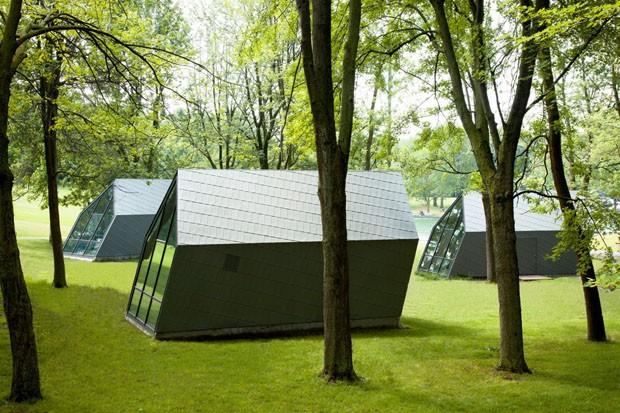 Arquitetura de quiosques curvados simula força dos ventos em Montreal (Foto: Divulgação)