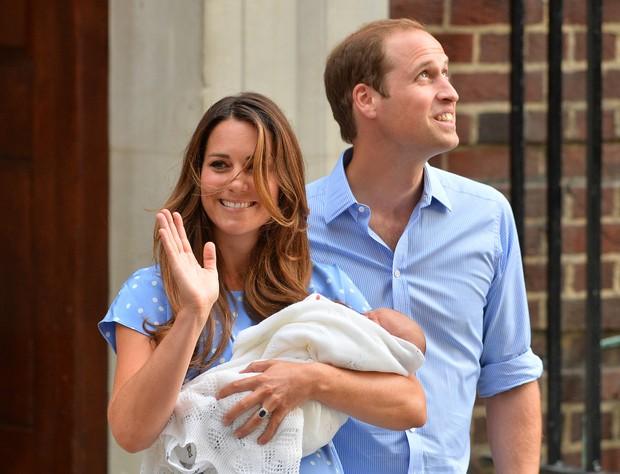 Kate Middleton e Príncipe William na porta da maternidade (Foto: AFP / Agência)