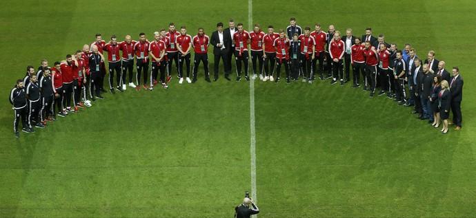 Delegação do País de Gales tira foto no gramado do estádio de Lille (Foto: REUTERS/Carl Recine)