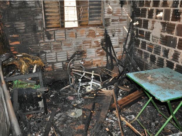 Quarto da casa ficou destruído depois do incêndio em Campo Grande (Foto: Aliny Mary Dias/G1 MS)