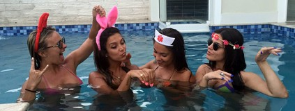 Bailarinas curtem fim de feriado com 'pool party'