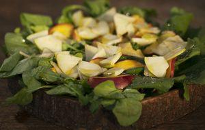 Salada verde com maçã e nectarina grelhadas