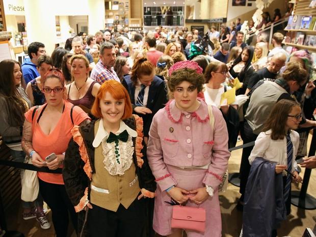 Fãs fazem fila para comprar cópia do livro em livraria de Londres (Foto: Neil Hall/Reuters)