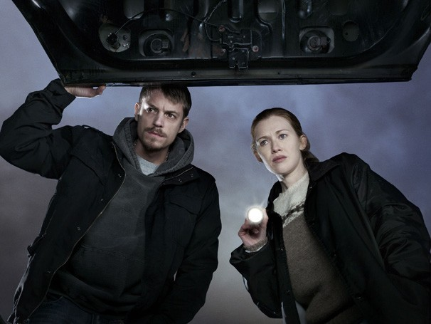 The Killing - Mireille Enos e Joel Kinnaman interpretam os detetives encarregados do caso (Foto: Divulgação / Twentieth Century Fox)