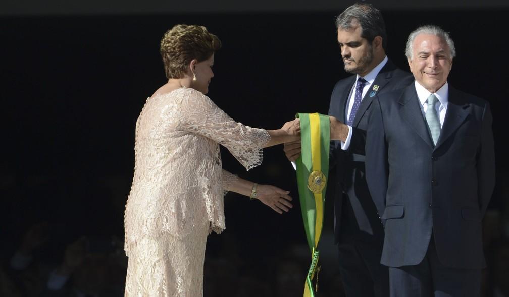 Na foto, Dilma recebe a faixa presidencial na cerimônia de posse de 1º de janeiro de 2015; à frente, o então vice Michel Temer (Foto: José Cruz/ABr)
