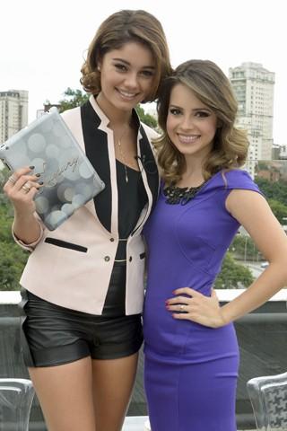 Amora (Sophie Charlotte) entrevista Sandy em seu programa na novela Sangue Bom (Foto: Bob Paulino/Globo)