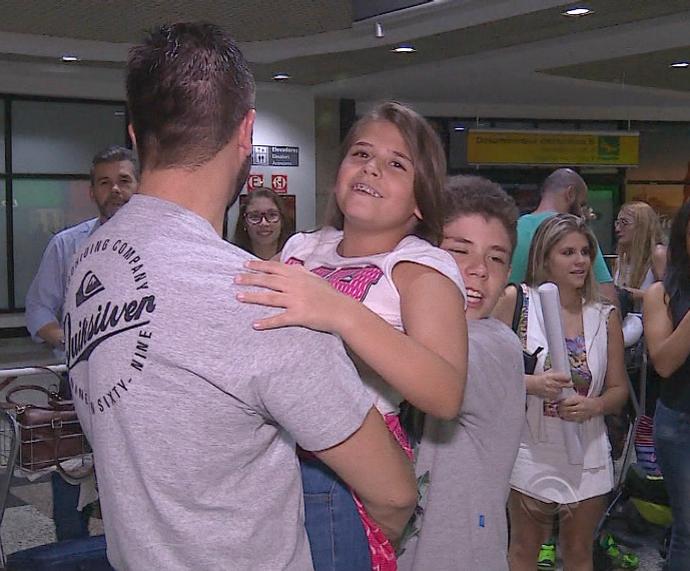 Maria Fernanda é recebida pela família após The Voice Kids (Foto: Reprodução/RBS TV)