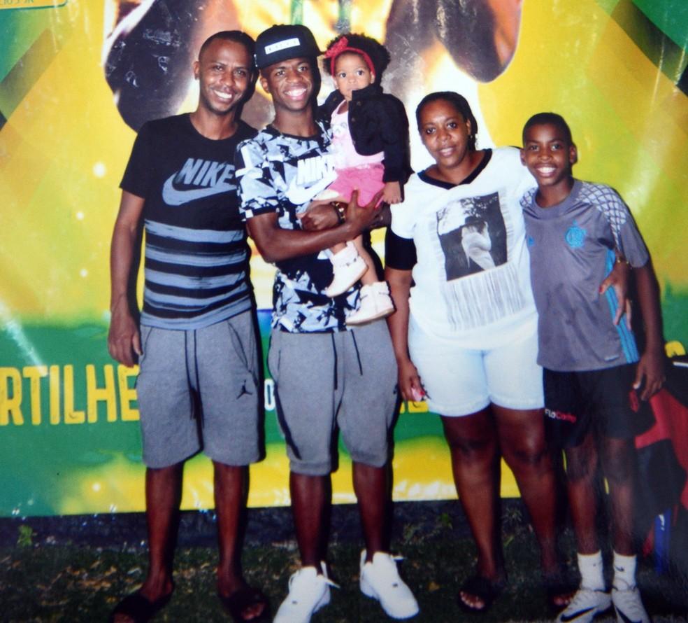 Vinicius Junior com o pai Vinicius, a mãe Fernanda, o irmão José e a sobrinha Jamile, filha da irmã Alessandra (Foto: Arquivo Pessoal)