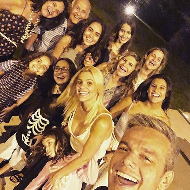Giulia Costa com Flávia Alessandra, Otaviano Costa e família (Foto: Instagram/ Reprodução)