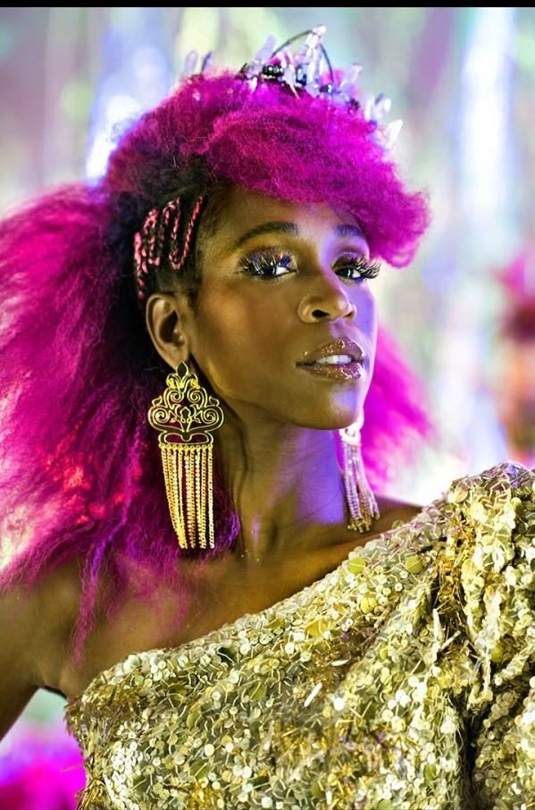 A pele negra fica maravilhosa iluminada com dourado (Foto: Divulgação )