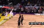 LeBron James recebe bola curta, mas faz a cravada de costas