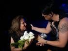 Deena Love se emociona com Angela Maria na plateia: 'A peruca quase voou'