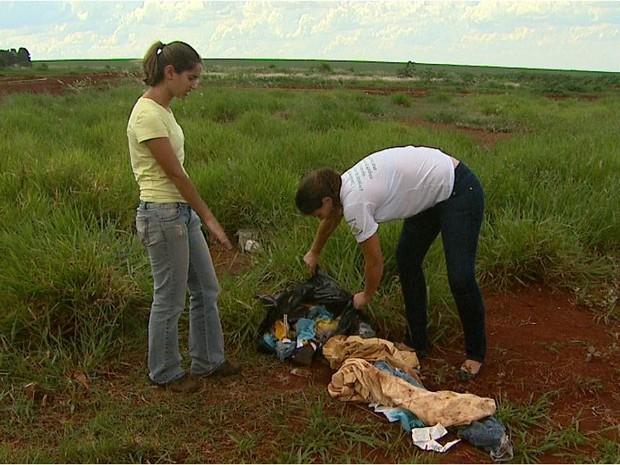 Veterinárias retiraram animal de terreno baldio após denúncia de moradores (Foto: Maurício Glauco/EPTV)
