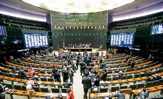 DESAJUSTE Sessão do Congresso debate vetos presidenciais de ajuste das contas públicas. O presidente da Câmara, Eduardo Cunha, trabalhou contra (Foto: Pedro Ladeira/Folhapress)