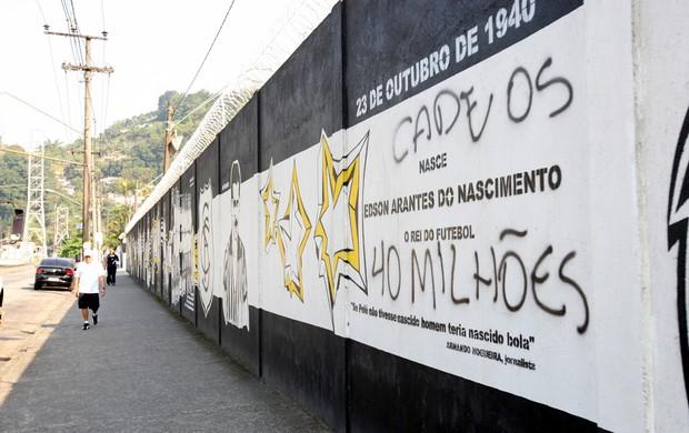 Muro do CT Rei Pelé é pichado (Foto: Raimundo Rosa / A Tribuna)