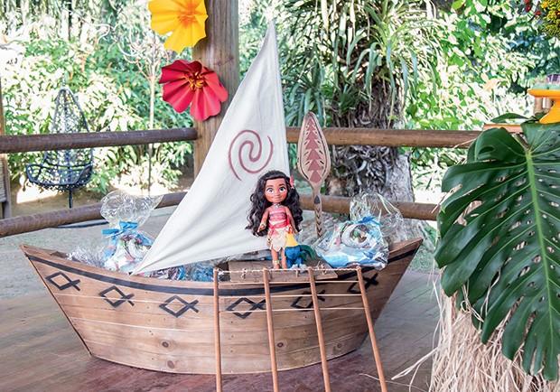 Barco com lembrancinhas e moana a bordo (Foto: Thais Galardi/GNT)