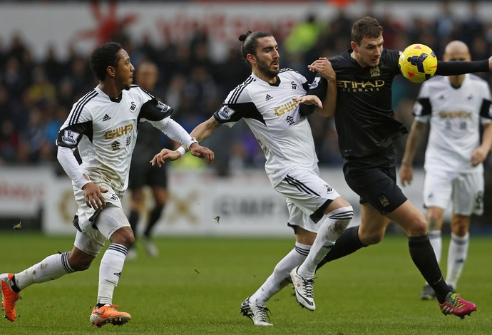 Dzeko do Manchester City e  Flores e Guzman do Swansea (Foto: AFP)