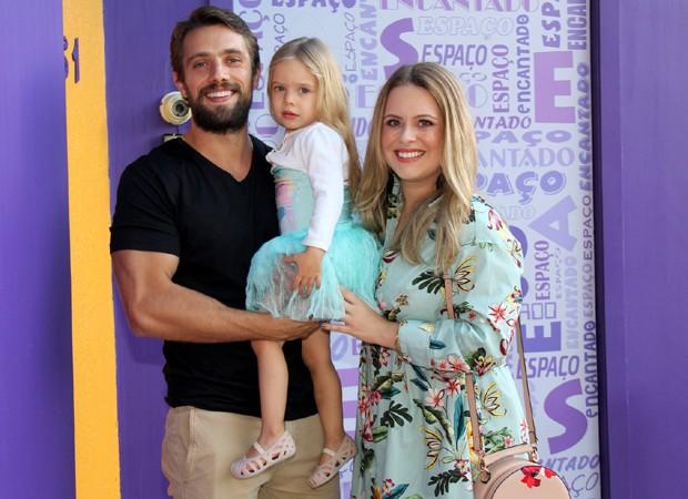 Rafael Cardoso e a mulher, Mariana Bridi, com a filha, Autora (Foto: AgNews)