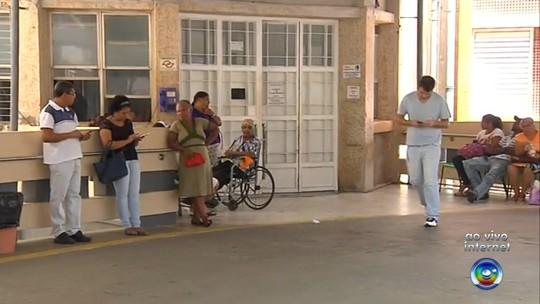 Pacientes são flagrados em leitos improvisados no corredor de hospital