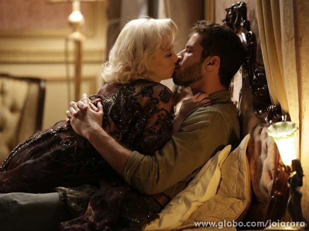 Aurora e Davi se beijam e têm a tão esperada primeira vez (Foto: Fábio Rocha/TV Globo)