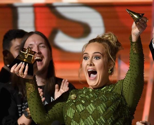 Adele teria quebrado seu troféu acidentalmente no Grammy (Foto: Getty Images)