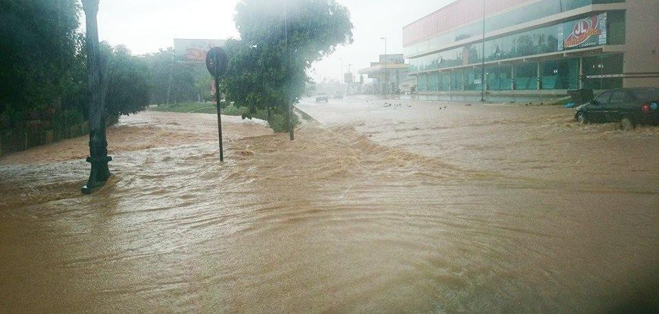 Água invadiu Avenida Mâncio Lima, em Cruzeiro do Sul (Foto: Thiago Silva/Arquivo pessoal)