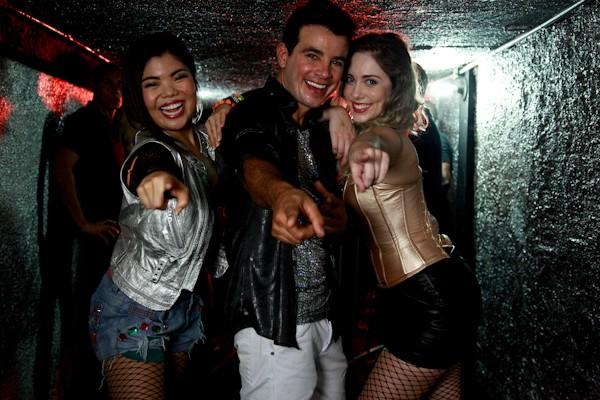 Atores se divertem em gravação (Foto: Ellen Soares/ TV Globo)