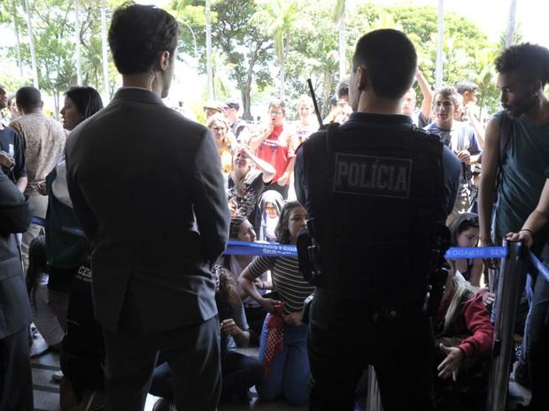 Policiais legislativos fazem cordão de isolamento para impedir acesso de estudantes ao Senado Federal (Foto: Geraldo Magela/Agência Senado)