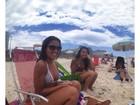 Filha de Romário curte praia com amiga