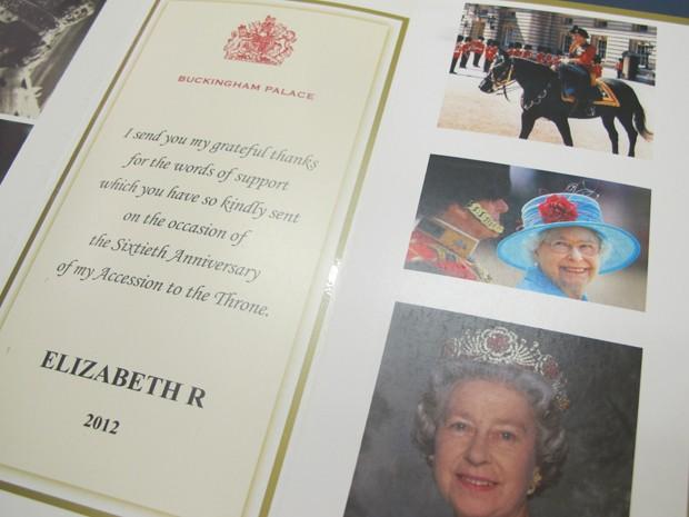 Cartão enviado em comemoração ao jubileu de diamantes da rainha Elisabeth (Foto: Mariane Rossi/G1)