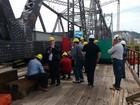 Engenheiros de todo país visitam a Ponte Hercílio Luz, em Florianópolis
