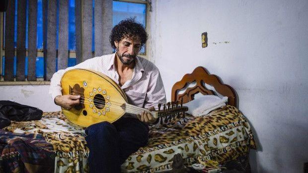 """""""Ninguém sabe para onde caminha a guerra na Síria"""", diz o músico Abdel, cuja casa foi bombardeada  (Foto: BBC)"""