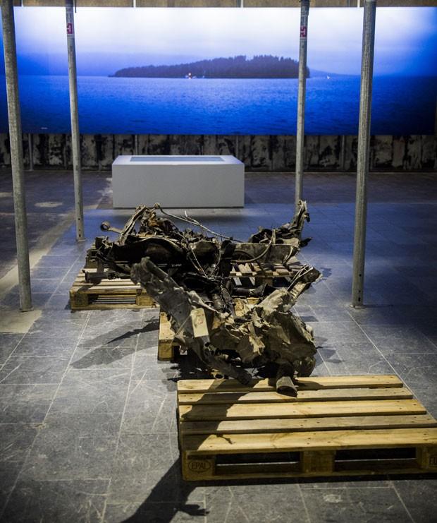 A Noruega inaugurou nesta quarta-feira (22) um centro consagrado às vítimas dos sangrentos ataques cometidos pelo militante de extrema-direita Anders Behring Breivik; foto mostra os restos do carro usado por ele (Foto: Fredrik Varfjell/NTB scanpix via AP)