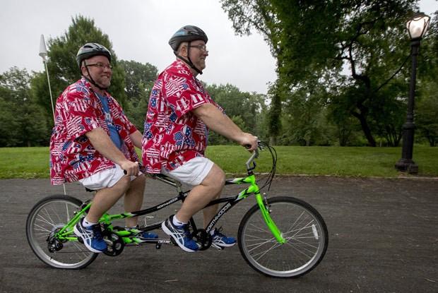 Gêmeos pedalaram juntos em bicicletas tandem (Foto: Brendan McDermid/Reuters)
