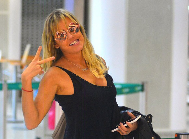 Deborah Secco no aeroporto (Foto: William Oda /AgNews)