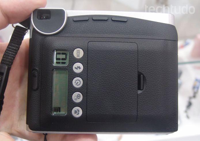 Traseira da Instax Mini 90, com as configurações e sem visor eletrônico típico de câmeras digitais (Foto: Pedro Zambarda/TechTudo)