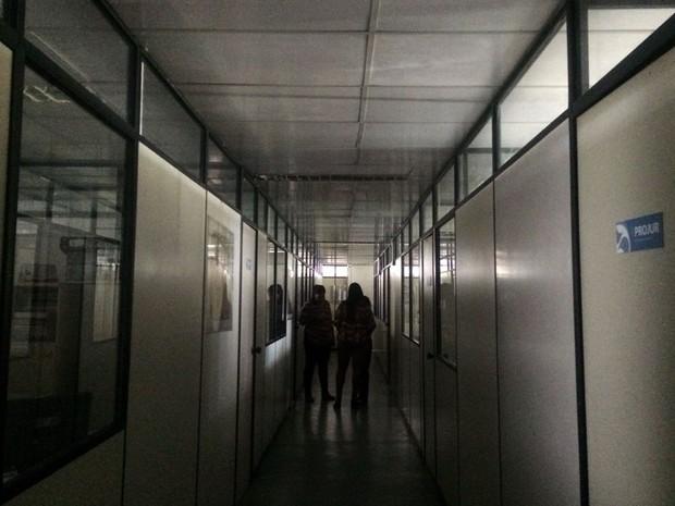 Prédio no Centro Administrativo da Bahia ficou sem luz por causa do apagão nesta manhã (Foto: Henrique Mendes/G1)
