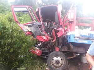 Motorista do caminhão ficou preso nas ferragens (Foto: Talis Ferreira/Arquivo pessoal)