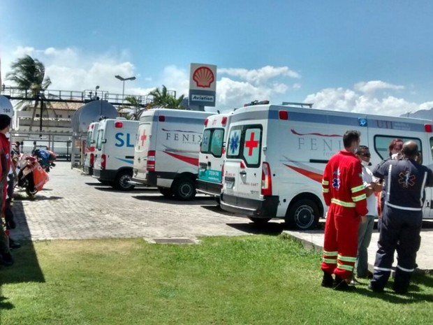 Ambulâncias aguardam chegada de feridos em acidente de plataforma no Espírito Santo (Foto: Internauta/ Gazeta Online)