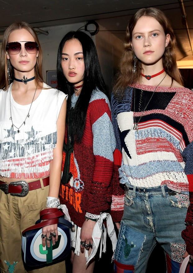 Modelos posam com bandanas no backstage do desfile de Tommy Hilfiger (Foto: Getty Images)