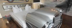 Piloto visita hotel onde quartos  são feitos com automobília (Reprodução/TV Globo)