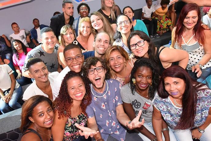 Pedro posa com a plateia em mais uma Eliminação do BBB17 (Foto: Pedro Simplicio/TV Globo)