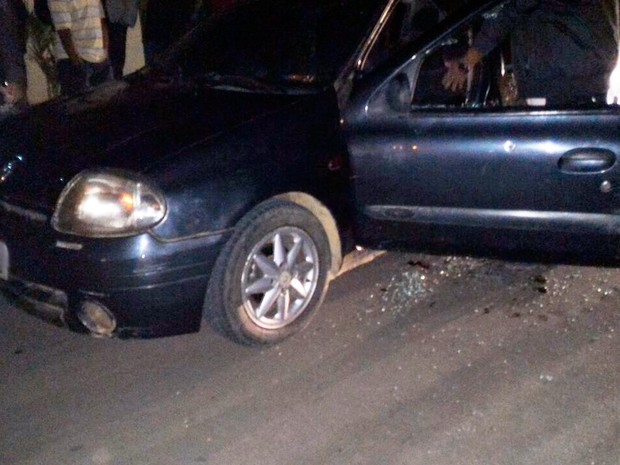 Jovem foi encontrado morto dentro de carro em Vitória da Conquista (Foto: Blog do Léo Santos)