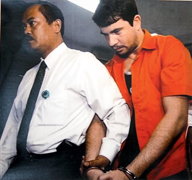 ERRO FATAL Rodrigo Gularte (à dir.), quando foi preso na Indonésia em 2004, ao tentar entrar no país com 6 quilos de cocaína. A última viagem depois de um frenesi de sexo, drogas e rock'n'roll (Foto: Reprodução)