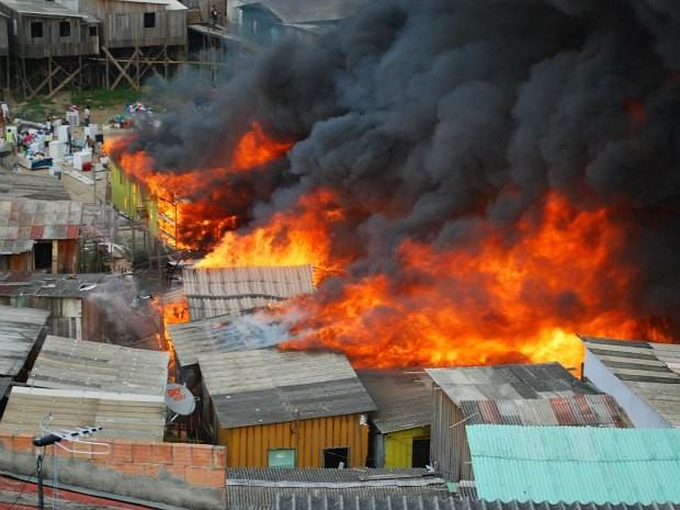 Incêndio de grandes proporções atingiu casas na manhã desta terça-feira, em Manaus (Foto: AVG/Rede Amazônica)